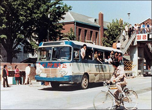 당시엔 버스나 움직이는 모든 차를 이용해 광주로 진입하였다. 당시엔 버스나 움직이는 모든 차를 이용해 광주로 진입하였다.